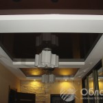 Глянцевый коричневый потолок